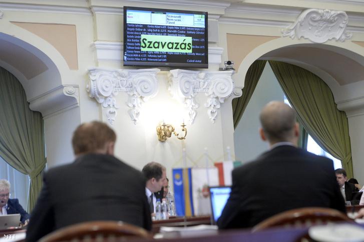 Az idei költségvetésről szavaznak a fővárosi közgyűlés ülésén a Városháza dísztermében 2016. február 17-én
