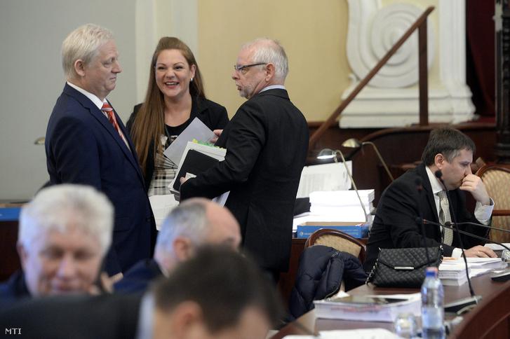 Tarlós István főpolgármester és Bagdy Gábor főpolgármester-helyettes az idei költségvetés előterjesztői a fővárosi közgyűlés ülésén a Városháza dísztermében 2016. február 17-én