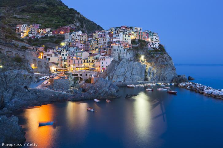 """Az olasz Cinque Terre (azaz """"öt föld"""") a Ligur-tenger partjának egyik nehezen megközelíthető része La Spezia városától északnyugatra, Porto Venere és Levanto között."""