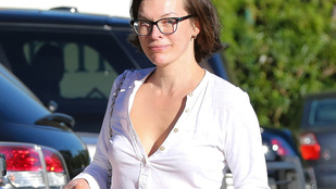 Milla Jovovich nem csak sminkelni, de begombolkozni is elfelejtett