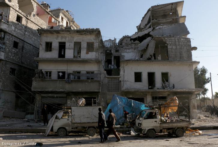 Sérült épület Aleppóban, egy orosz légitámadás után.