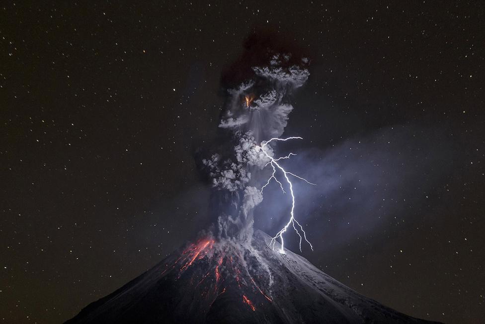 Természet 3. hely Kitörés közben földünk egyik legaktívabb tűzhányója, a Colima vulkán, Mexikóban