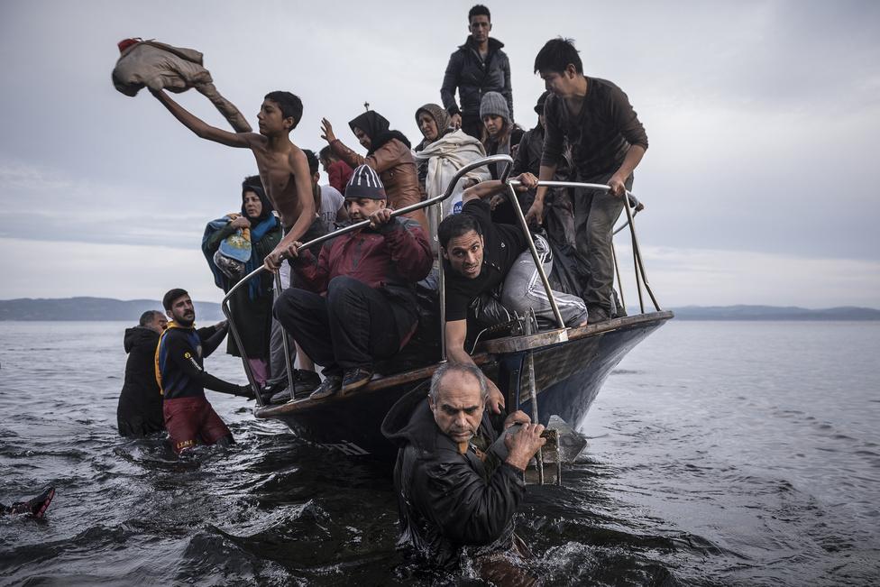 Hír kategória 1. hely (sorozat)                         Csónakkal érkező menekültek Leszbosznál.