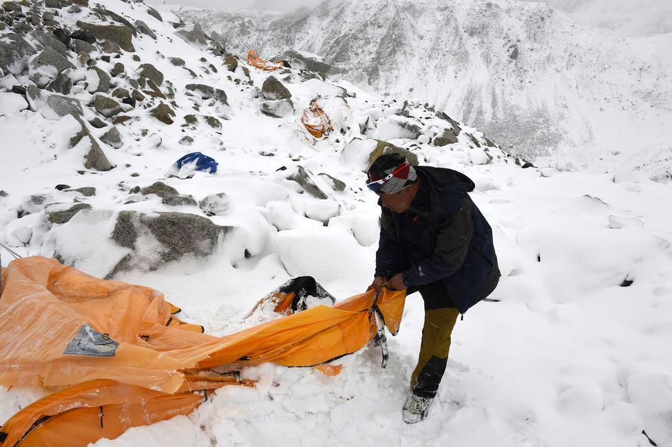 Rendkívüli hírek 2. hely Túlélők után kutatnak a Mount Everesten, ahol áprilisban lavina tarolta le az egyik alaptábort, és 22 hegymászó vesztette életét. A lavinát elindító 7.8-as erősségű földrengésnek 8000 áldozata volt.