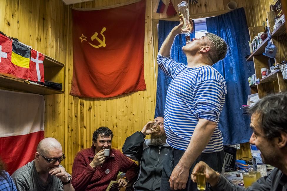 Hétköznapok 1. hely (sorozat) Orosz kutatócsapat tagjai isznak az antarktiszi kutatóbázison
