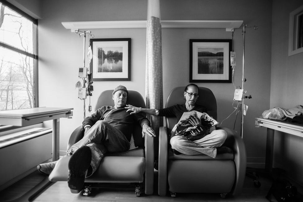 Hosszútávú projekt 1. hely Nancy Borowick a saját családjának történetét fotózta végig, édesapja és édesanyja is rákos daganattal küzdött éveken át. A képen mindketten kemoterápiás kezelést kapnak.