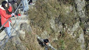 Micsoda férfi: sziklát mászott a nője kalapjáért