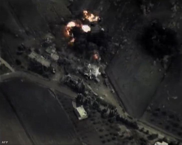 Részlet egy Szíria feletti orosz bombázásról készült videóból.
