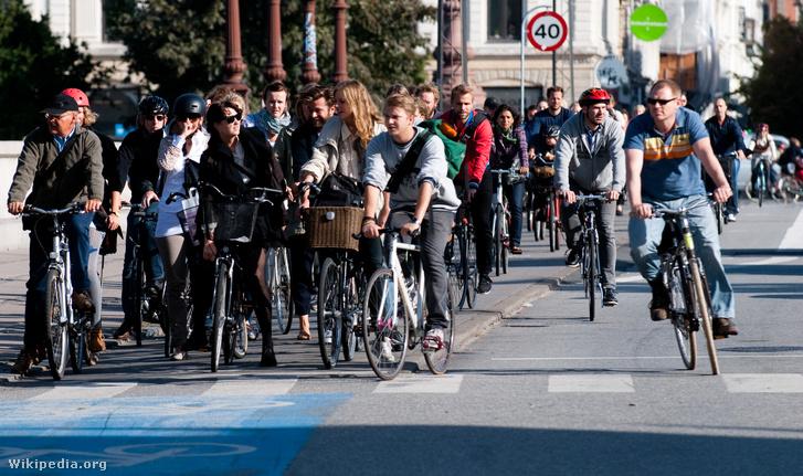 Kerékpárvezetők várnak a zöldre Koppenhágában. Ennek vége: jön a zöldhullám
