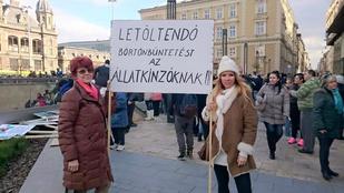 Pirner Alma is tüntetett az állatkínzók ellen, nekiestek a kommentelők a kabátja miatt