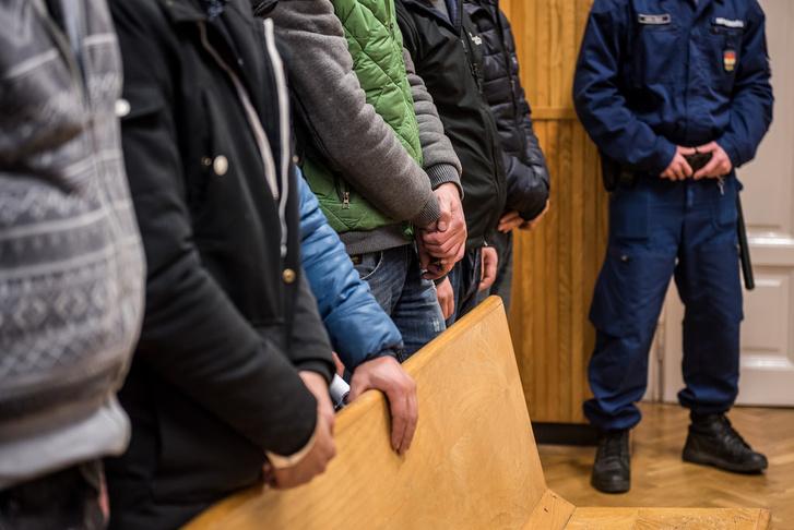 Koszovói migránsok a bíróság előtt Szegeden