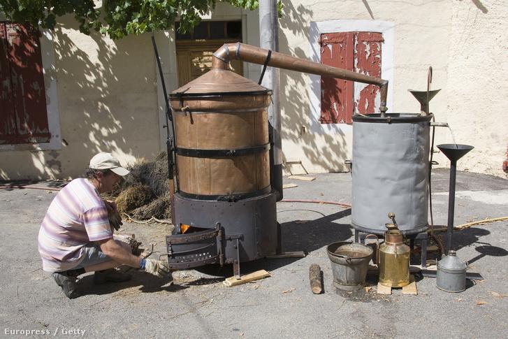 Hagyományos levendulaolaj-lepárló a franciaországi Provence vidékén