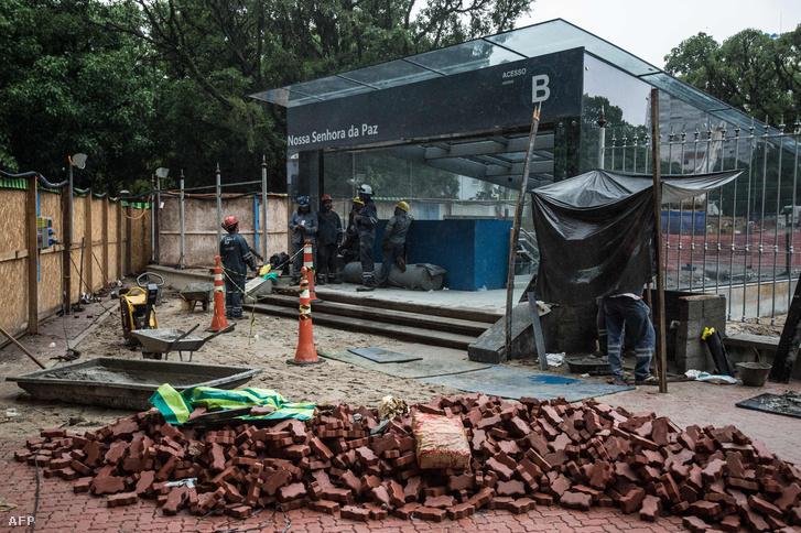 Munkások dolgoznak a riói 4-es metró vonalán, a Nossa Senhora da Paz megállónál, 2016. január 19-én.