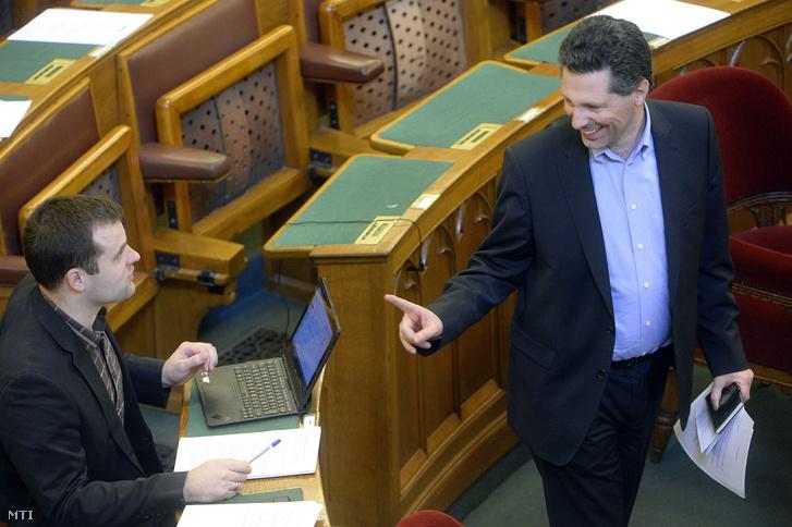 Staudt Gábor a Jobbik frakcióvezetõ-helyettese (b) és Schiffer András az LMP társelnök-frakcióvezetõje az Országgyûlés plenáris ülésén 2016. február 22-én.