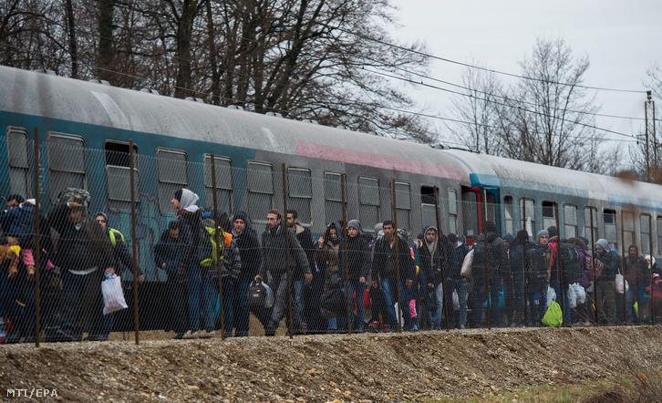 Ausztriába igyekvõ illegális bevándorlók leszállnak egy vonatról a szlovéniai Sentiljben február 16-án.