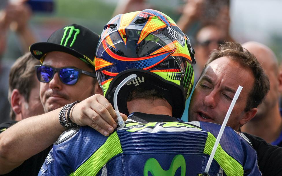 Valentino Rossi tíz másodperccel kapott ki csapattársától Brünnben, és harmadikként ért célba. Hangulatát tovább sújtotta, hogy emiatt a szezon során először nem összetett elsőként hagyta el a helyszínt, hanem azonos pontszámmal, másodikként. Érdekes jelenet, amikor a célba érkezést követően a parc fermében Rossit két szárnysegédje, Uccio és Max biztatja. Ökölvívókhoz hasonlóan Rossit ilyenkor alig hagyják szóhoz jutni, szinte euforikus állapotban igyekeznek meggyőzni arról, hogy az eredmény ellenére tökéletesen motorozott, és a lehető legjobb formáját nyújtotta.