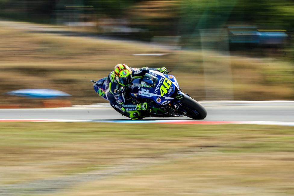 Valentino Rossi talán élete szezonját futotta 2015-ben. Sokan nem hitték, hogy harminchat évesen még képes lehet megújulni, és újra a világbajnoki címért küzdeni, de a csoda megtörtént, és Rossi egészen az utolsó versenyig harcban volt a trófeáért. Más kérdés, hogy a történelem során eddig nem látott mennyiségű kritikát kapott a MotoGP, mint intézmény, a szezonvégi nyilatkozatháborúknak és versenyigazgatósági döntéseknek következtében.