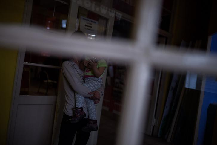 Fiatal anyuka kislányával a Klub kapujánál. A szülés utáni utógondozásra nagyon nagy hangsúlyt fektetnek