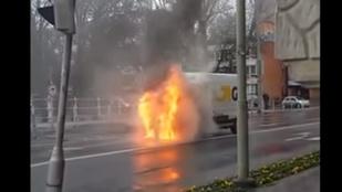 Kigyulladt egy csomagszállító furgon Szegeden