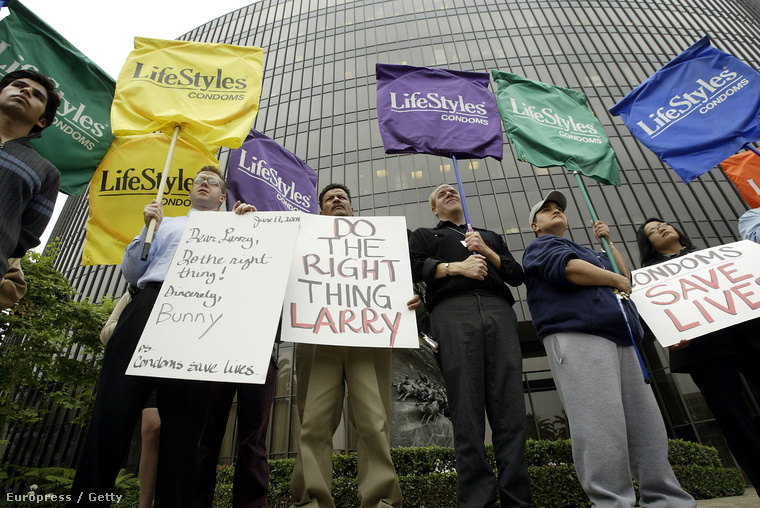 Tüntetés a kötelező óvszerhasználatért a pornóibarban - Los Angeles