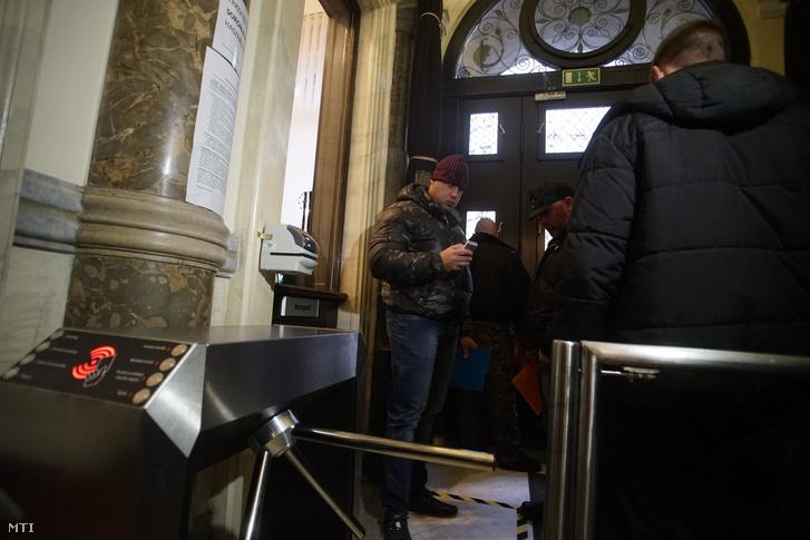 A vasárnapi zárvatartásról szóló népszavazási kérdés benyújtására várakozók a Nemzeti Választási Iroda épületében 2016. február 23-án