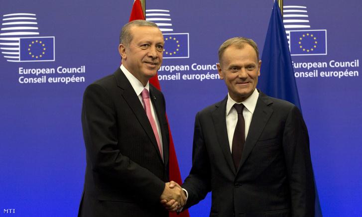 Donald Tusk az Európai Tanács elnöke (j) fogadja Recep Tayyip Erdogan török államfõt a tanács brüsszeli székházában 2015. október 5-én.