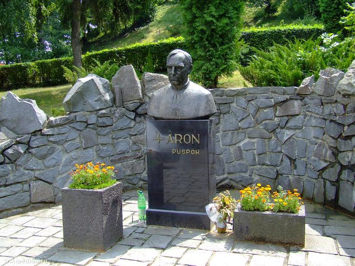 Márton Áron szobra Székelyudvarhelyen