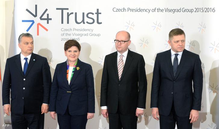 Közös fotó a V4 vezetők találkozója után