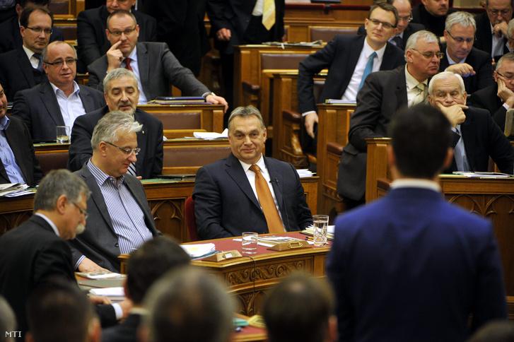 Orbán Viktor Vona Gábor kérdését hallgatja a Parlamentben