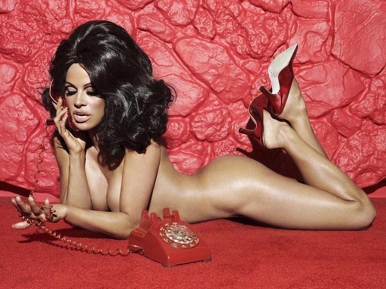 Pamela Anderson vegán cipőt reklámoz.