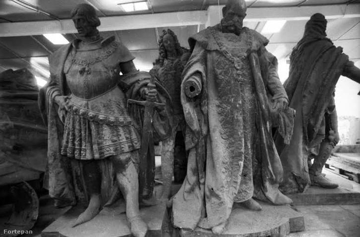 A második, kommunista trónfosztás: Budapest Galéria telepe. A Millenniumi emlékműről leemelt Habsburg szobrok, előtérben Zala György alkotása, Ferenc József szobra (1927.)