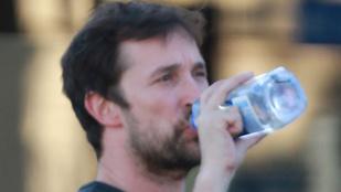 Ezek mennek: Noah Wyle vizet iszik