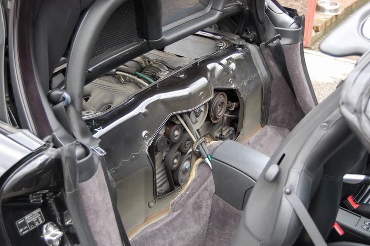 Kényelmesen hozzáférni a szíjcseréhez, sok hagyományos motor elrendezésű autónál nehezebb