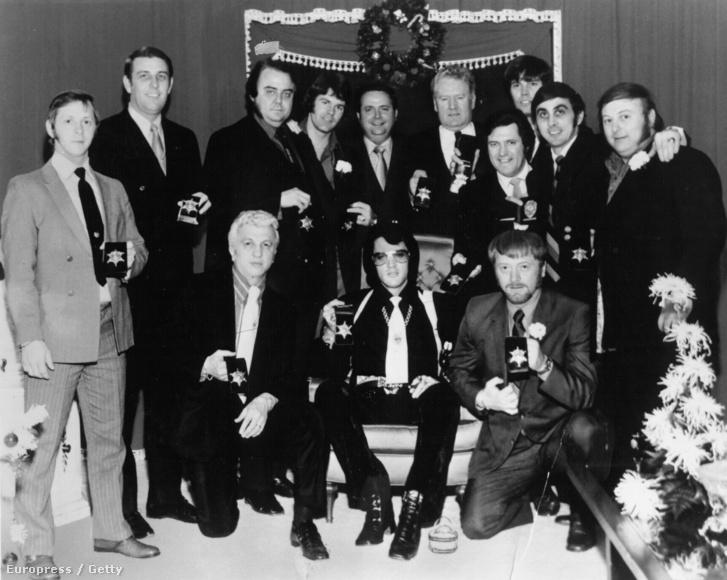 Elvis Presley középen, mellette balra George C. Nichopoulos