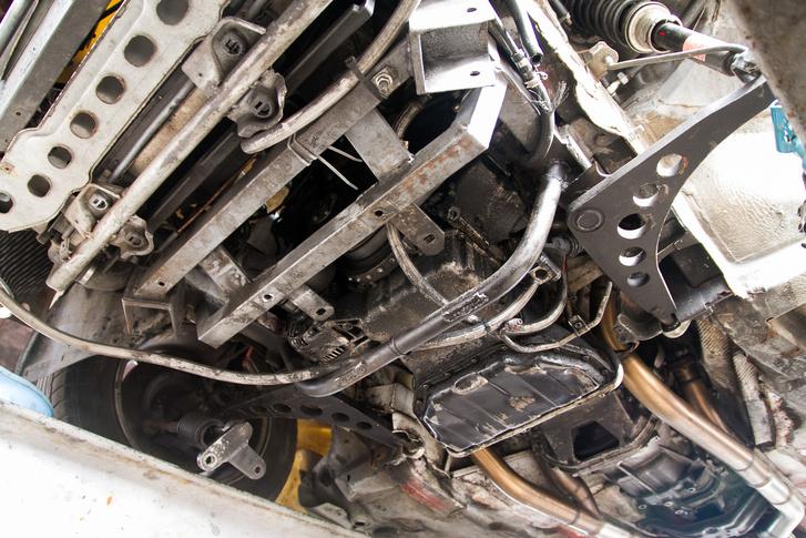 A motor gyakorlatilag az első tengely mögött van