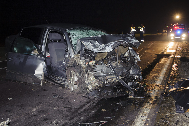 Összeroncsolódott személyautó a 47-es fõúton Derecske és Berettyóújfalu között 2016. február 28-ra virradó éjjel. Az autó frontálisan összeütközött egy kamionnal a kocsiban négyen utaztak hárman a helyszínen meghaltak egy ember súlyos sérüléseket szenvedett õt a tûzoltók feszítõvágóval szabadították ki a roncsból.