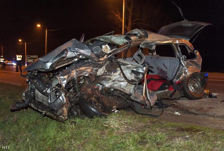 Összetört személygépkocsi a 85. fõút veszkényi keresztezõdésében Kapuvár közelében 2016. február 28-ra virradó éjjel. A jármű egy másik autóval ütközött a balesetben két ember életét vesztette rajtuk kívül egy személy könnyű sérüléseket szenvedett.