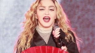 Nem teljesen világos, miért, de Madonna bohócnak öltözve ugrál egy videón