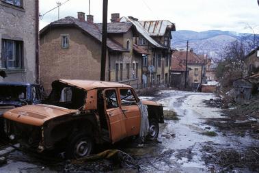 KIégett autó Szarajevó szerb negyedében 1996. január 12-én. A romok eltakarítása a közutakról közel egy évig tartott a bosnyák fővárosban.