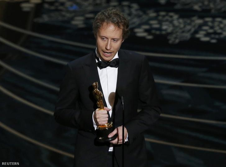 Nemes Jeles László átveszi az Oscar-díjat a Saul fiáért, ami a legjobb külföldi film lett.