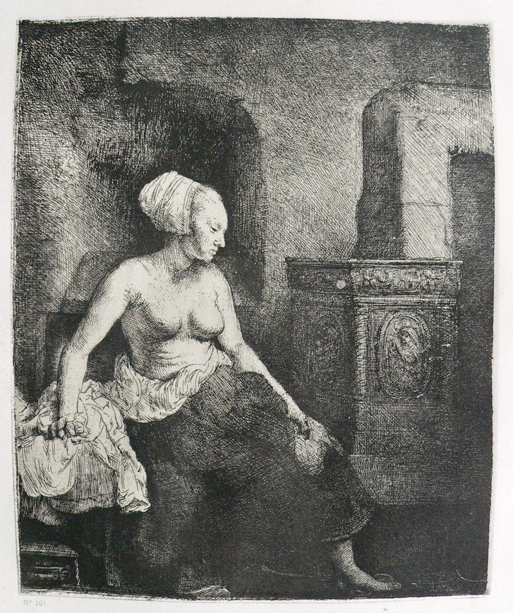 Halbbekleidete Frau, beim Ofen sitzend