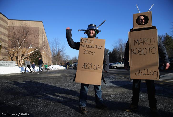 Eddie Vale és Kevin McAlister az American Bridge 21st Century super Pac-jának kampányolnak Marco Rubio ellen, miközben a floridai szenátor kampánybeszédet tartott a Londonderry-i középiskolában, New Hampshire-ben, 2016. február 7-én.