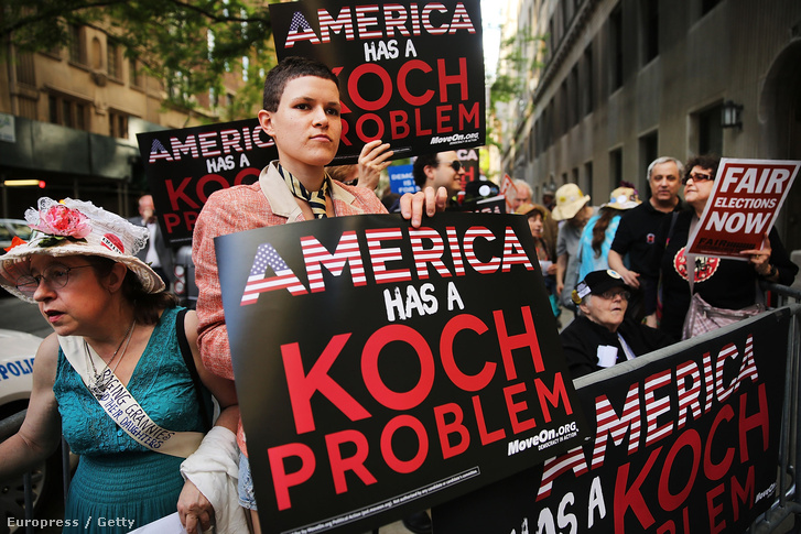 A Koch testvérek választásokat befolyásoló támogatása ellen tüntettek 2014. június 5-én New Yorkban. A Koch testvérek évek óta a Republikánus Párt legfontosabb támogatói közé tartoznak.