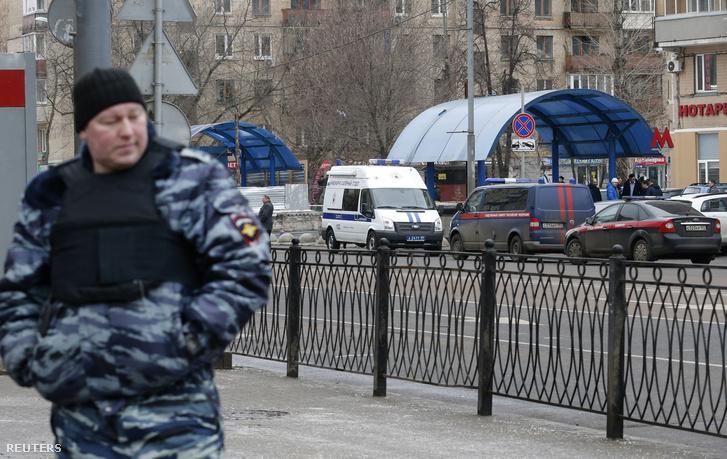 Rendőrök a moszkvai metróállomáson, ahol a bébiszittert elfogták