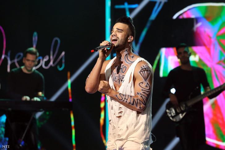 Kállay-Saunders András kétszer énekelhette el a Who We Arecímű számot