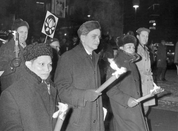Olof Palme és a vietnami nagykövet egy, a vietnami háború elleni felvonuláson Stockolmban, 1968-ban.