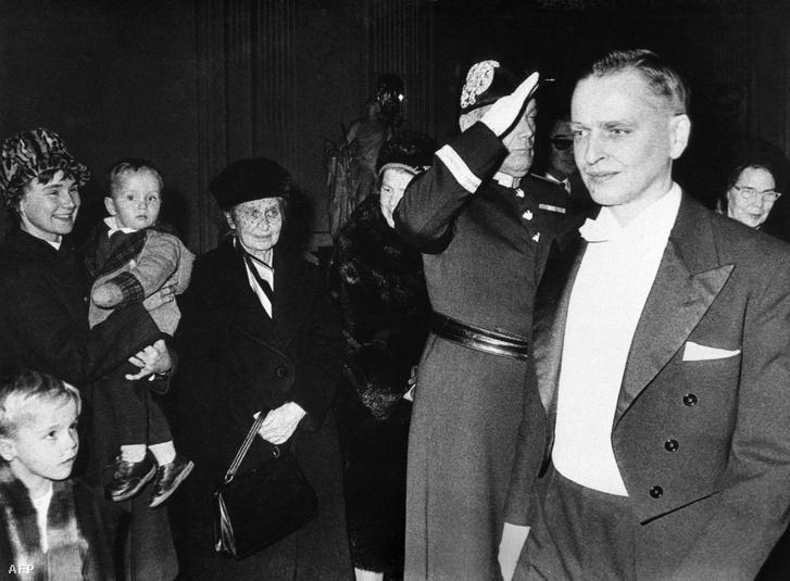 Olof Palme államtitkári eskütétele 1963-ban, mellette felesége Lisbeth és gyerekeik, Marten és Joachim.