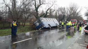 Árokba csúszott egy BKV busz a XVII. kerületben