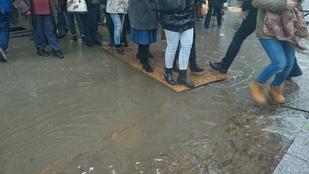Ha a Széll Kálmán téren akar metrózni, legyen vízhatlan!