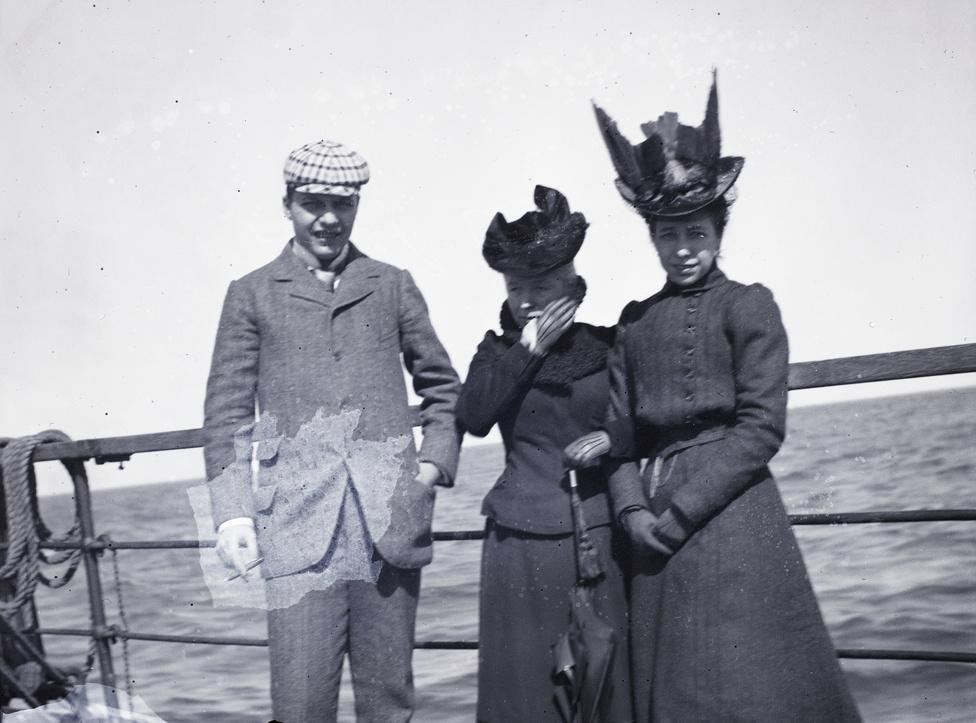 Egy másik utazás képei: Fent Korfu partjait látjuk, itt pedig annak a hajónak a fedélzetét, amelyen hőseink a Monarchia kedvelt és számukra is elfogadhatóan comme-il-faut adriai üdülőhelyéről az akkor brit fennhatóság alá tartozó görög szigetre utaztak. Az út a megállókkal legalább egy hétig tarthatott, és térben mindenképpen túl volt az arisztokrata utazások komfortzónáján; a maga keretei között az albán partok előtti hajókázás némi még bevállalható egzotikus kalandot is jelenthetett. Bizonyára nem kell külön felhívnunk a figyelmet erre a viktoriánus horrorba illő nagyszerű kalapkölteményre.